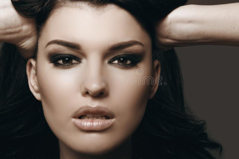 Härlig brunett med perfekt makeup royaltyfri foto
