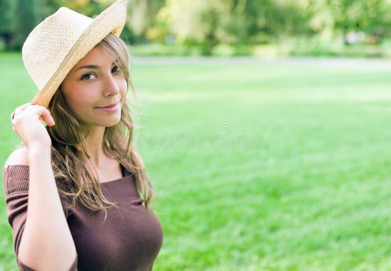 härlig brunett som poserar utomhus fjäderbarn royaltyfri fotografi