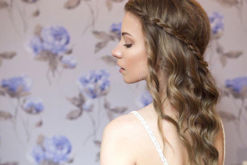 Härlig brunettbrudkvinna med den lockiga frisyren och friläge fotografering för bildbyråer