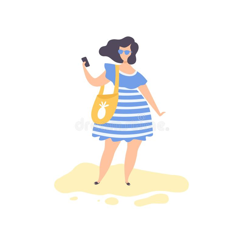 Härlig brunettflicka i blå klänning och solglasögon som står göra det Selfie fotoet på stranden, ung kvinna som kopplar av på royaltyfri illustrationer