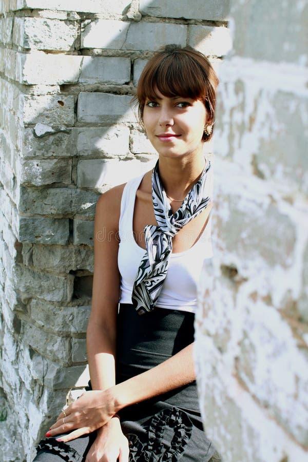 Härlig brunettflicka med knoppen av rosen fotografering för bildbyråer