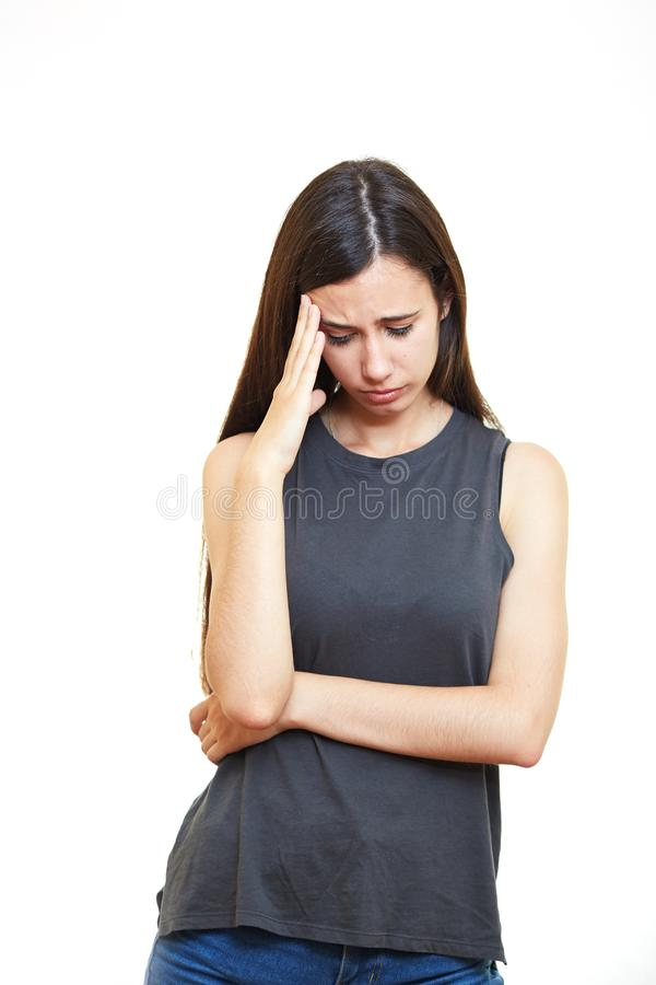 Härlig brunettflicka med spänning tänker På en vitbackgrou arkivfoto