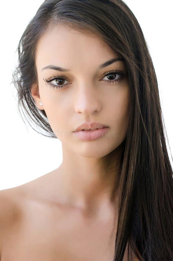 härlig brunettflickastående fotografering för bildbyråer