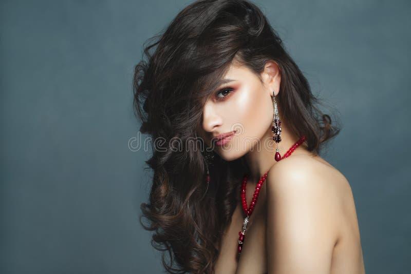 härlig brunettframsidakvinna Ung sexig kvinnligmodell royaltyfri foto