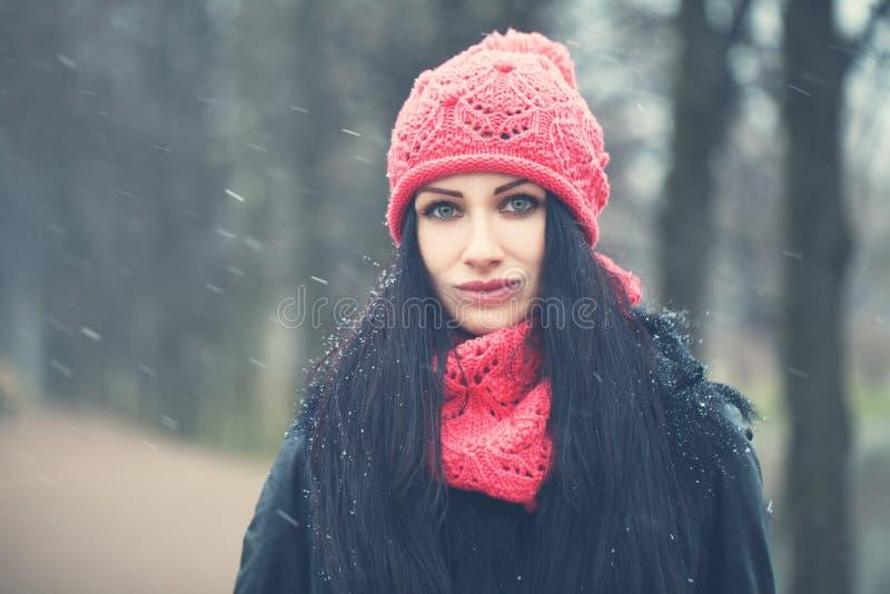 Härlig brunettkvinna arkivbild