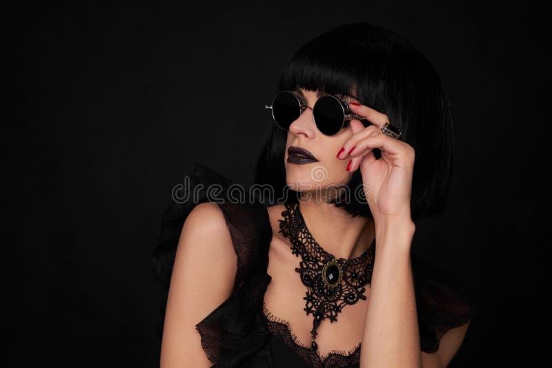 Härlig brunettkvinna Gothick stil royaltyfria bilder