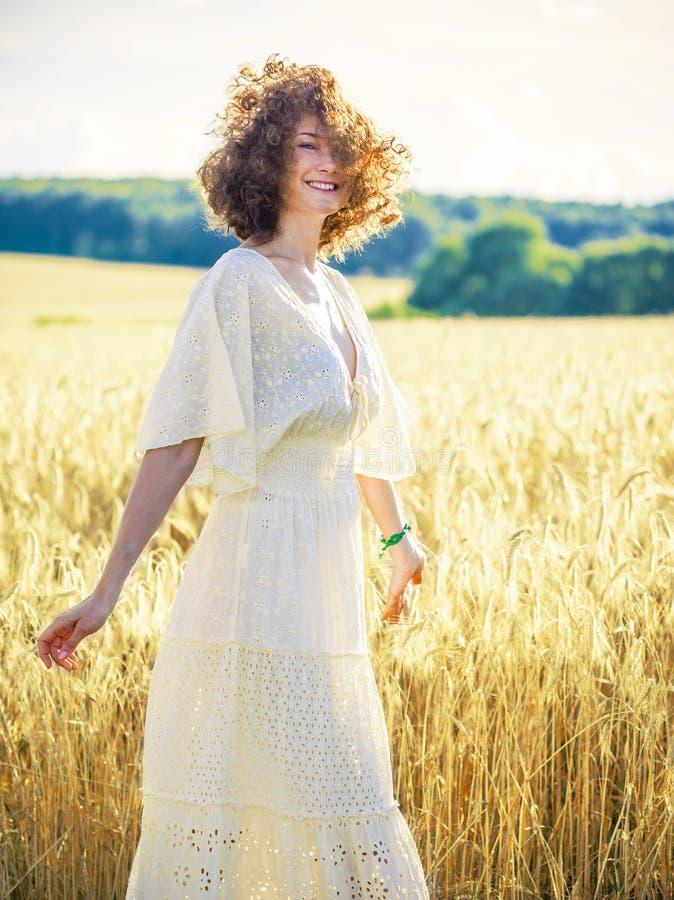 Härlig brunettkvinna i ett fält arkivfoton