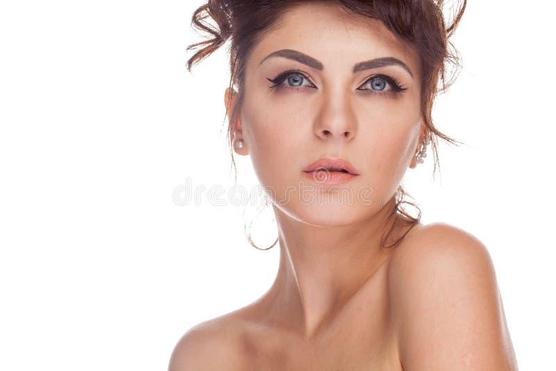 Härlig brunettkvinna i studiofotoet som isoleras över vitbac arkivfoto