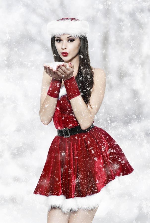 Härlig brunettkvinna - julstående fotografering för bildbyråer