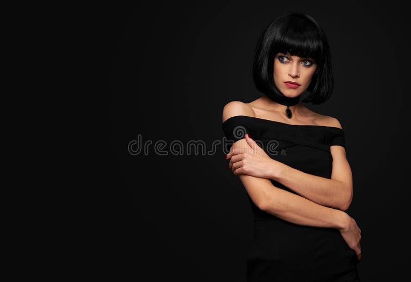 Härlig brunettkvinna med karefrisyren arkivbild