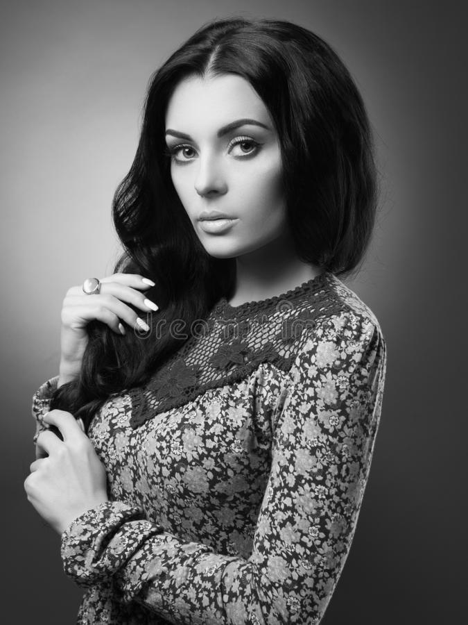 Härlig brunettkvinna med krabbt sunt hår fotografering för bildbyråer