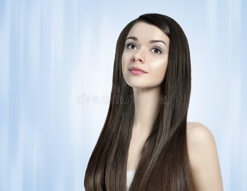 Härlig brunettkvinna med långt skinande hår arkivfoto