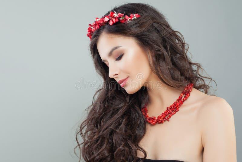 Härlig brunettkvinna med makeup, perfekt hår och smyckenhalsbandet, kvinnlig profil arkivfoto