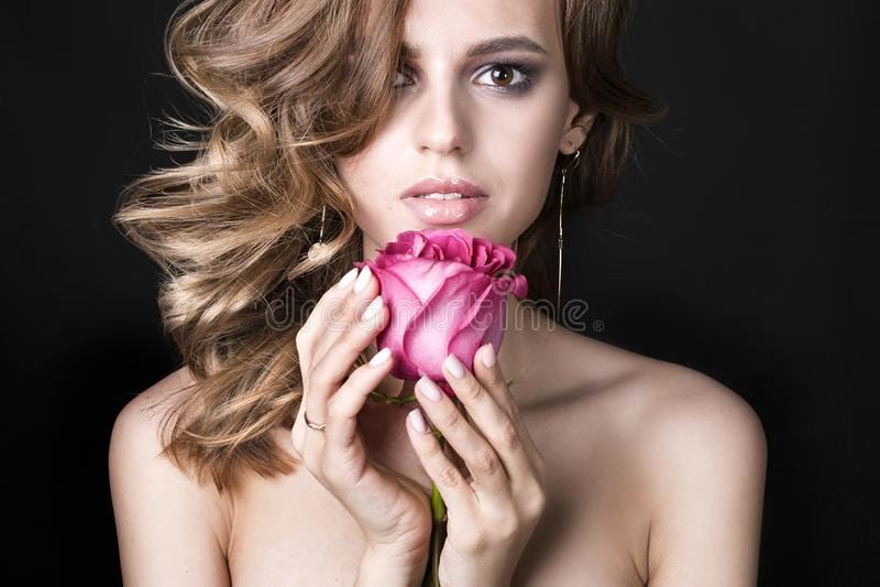 Härlig brunettkvinna med röd läppstift på kanter Närbildflicka med härligt smink Kvinnan med mörkt hår poserar royaltyfria foton