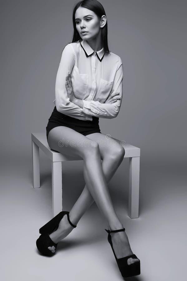 Härlig brunettkvinna som poserar i studio arkivbild