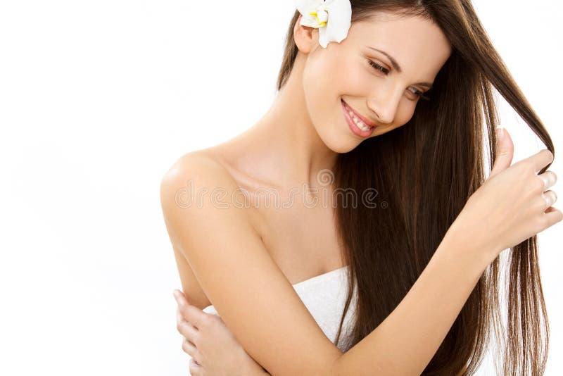 Härlig brunettkvinnastående med långt hår. royaltyfria bilder