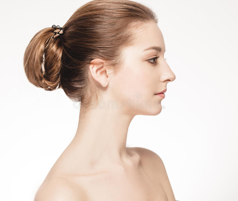 Härlig brunettkvinnastående med sunt hår Klara nya flår royaltyfri bild