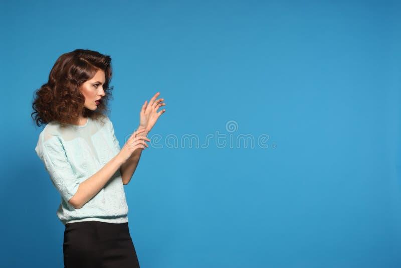Härlig brunettmodell som poserar i provskytte Blått som är färgrika, kvinnligt mode för sinnesrörelseflicka royaltyfri foto