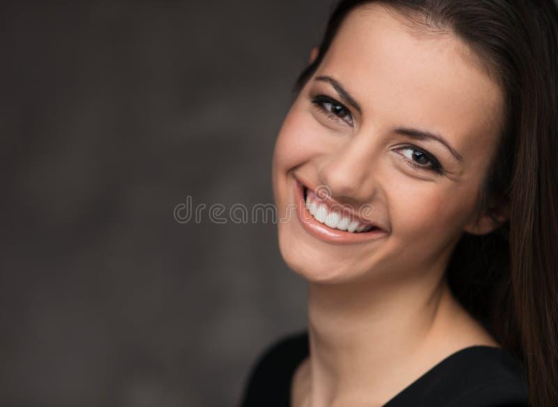 Härlig brunettstående arkivfoto