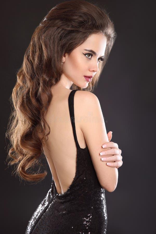 härlig brunettstående Elegant sexig kvinna i svart klänning w royaltyfri fotografi