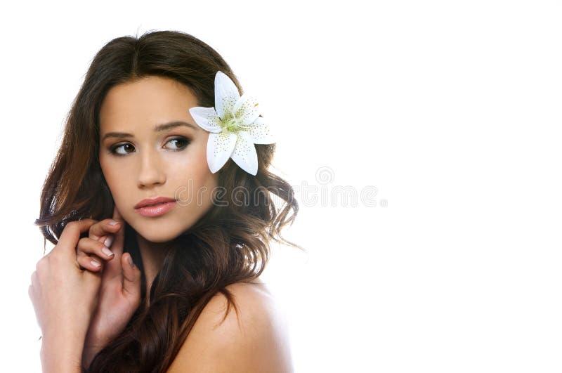 härlig brunettståendekvinna arkivfoton