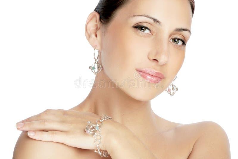 härlig brunettståendekvinna royaltyfria bilder