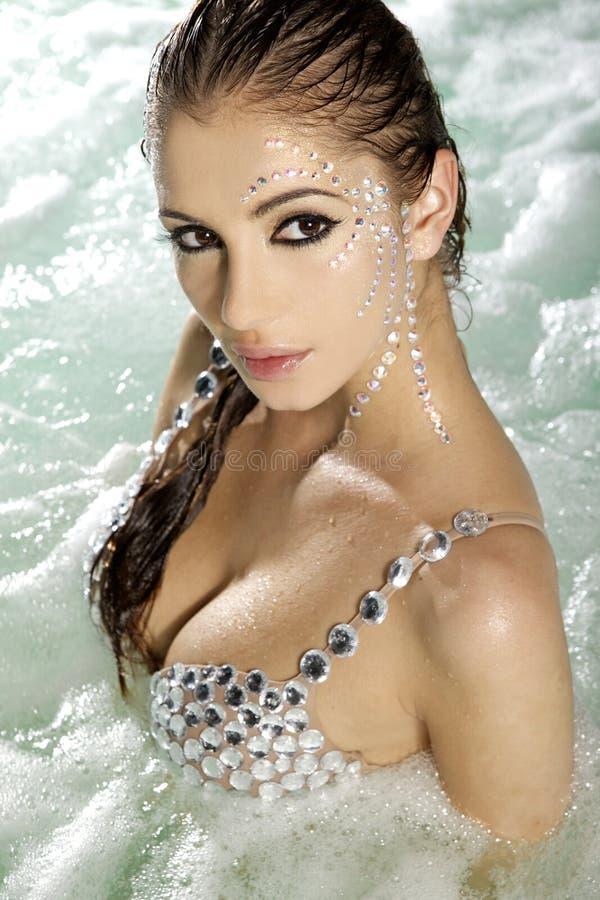 härlig brunettswimmingpool royaltyfri fotografi