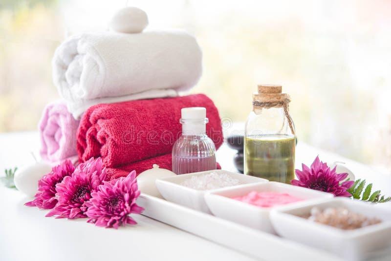Härlig brunnsortutrustning på massagetabellen i wellnessmitt Ställ in av massagen för brunnsortwellness och terapi royaltyfria bilder
