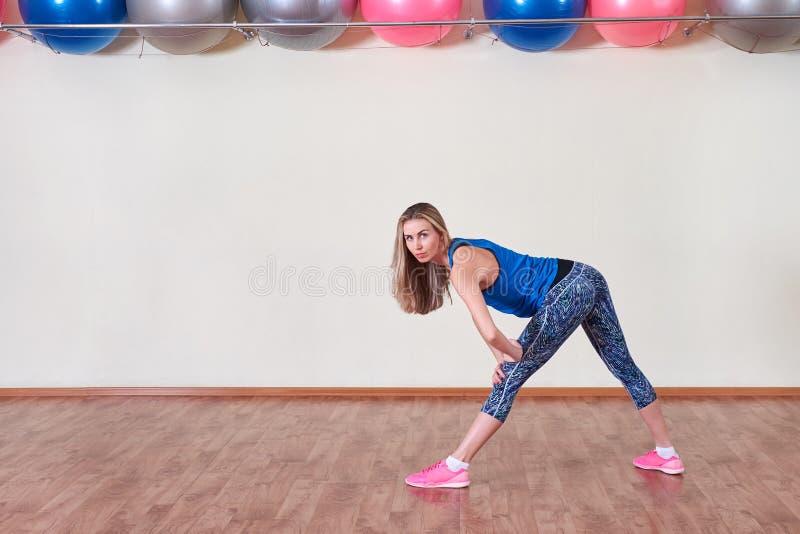 härlig bukbegreppsförlust över viktwhitekvinna Kvinnor som gör aerobisk övning kopiera avstånd royaltyfri foto