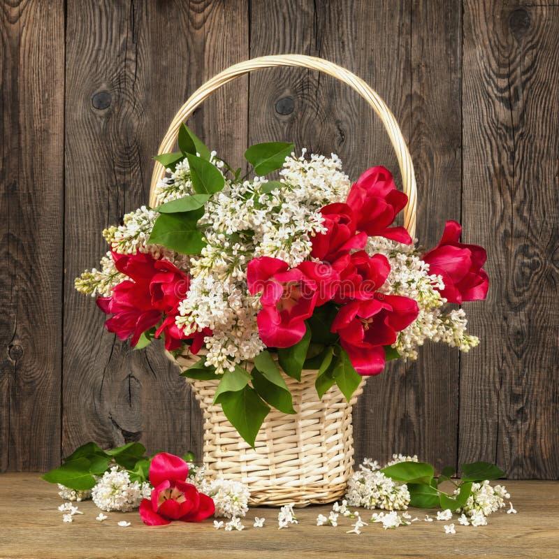Härlig bukett av blommor i tappningstil fotografering för bildbyråer