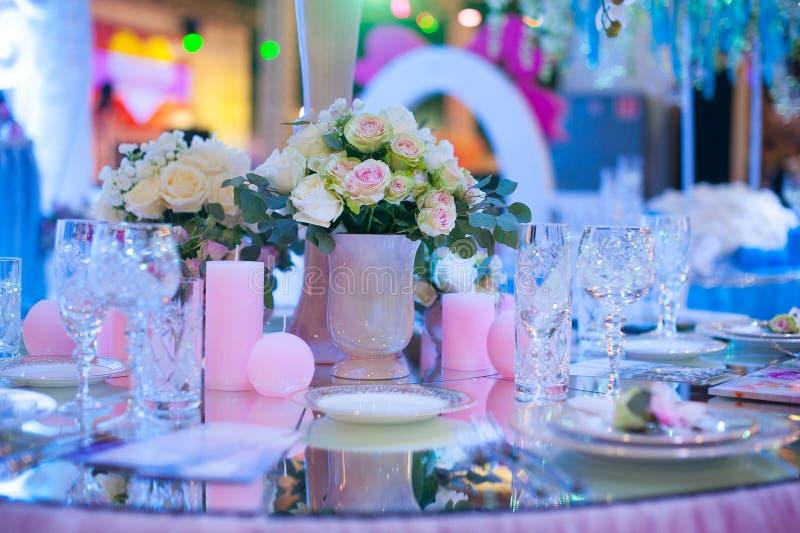 Härlig bukett av blommor på brölloptabellen i en restaurangdekor arkivfoto