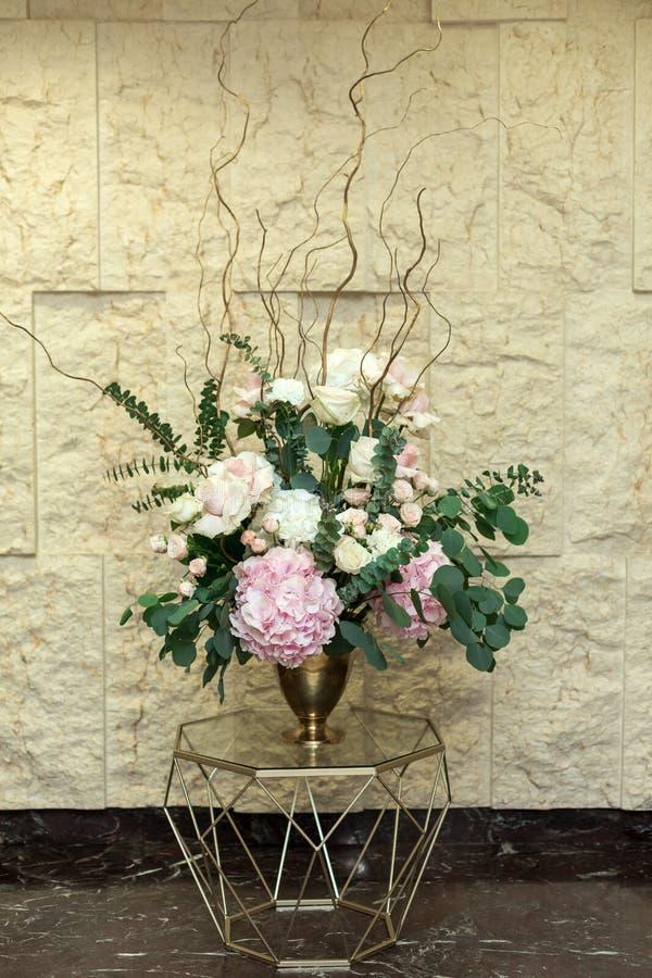 Härlig bukett av blommor av vanlig hortensia- och eukalyptussidor i den gifta sig korridoren Gifta sig som ?r floristry Vasgeomet royaltyfria foton