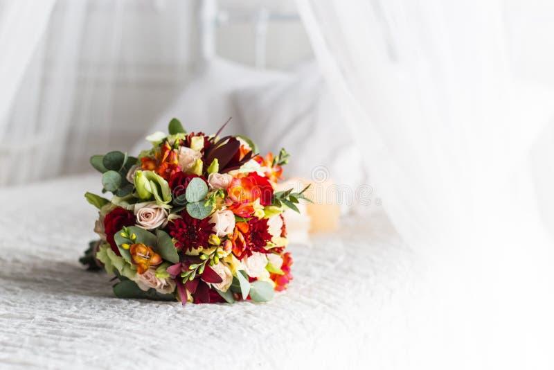 Härlig bukett av färgrika blommor och gröna rosor som ligger på en stolnärbild arkivbilder
