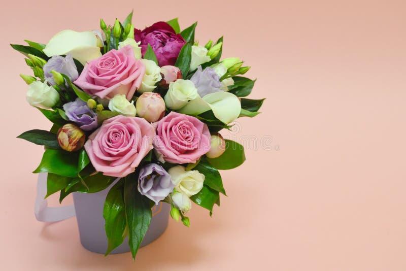 Härlig bukett av färgrika blommor på ett pinkkbakgrundsslut arkivbilder