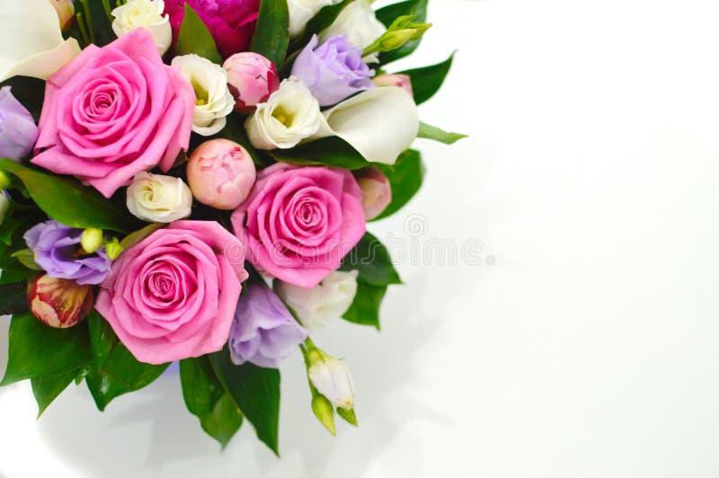Härlig bukett av färgrika blommor på ett rosa bakgrundsslut royaltyfria bilder
