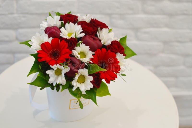 Härlig bukett av färgrika blommor på ett vitt bakgrundsslut fotografering för bildbyråer
