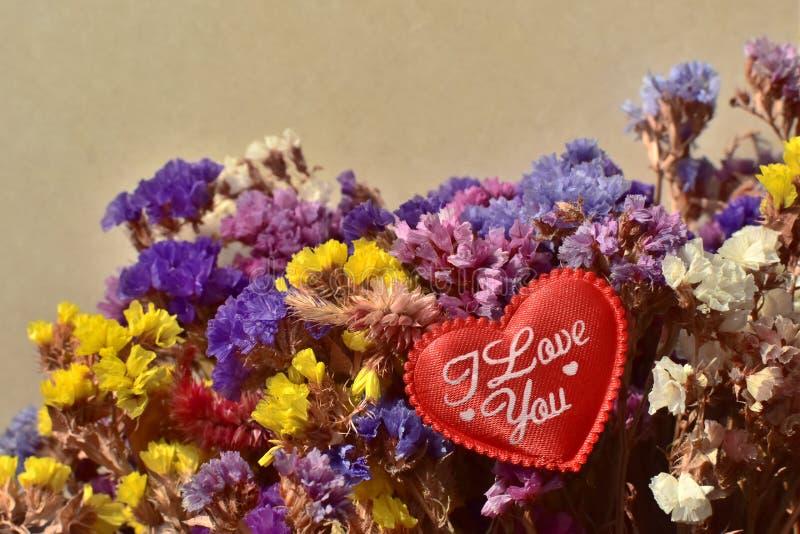 Härlig bukett av färgrika naturliga sommarträdgårdblommor - Limoniumperezii, med den röda hjärtan royaltyfria foton
