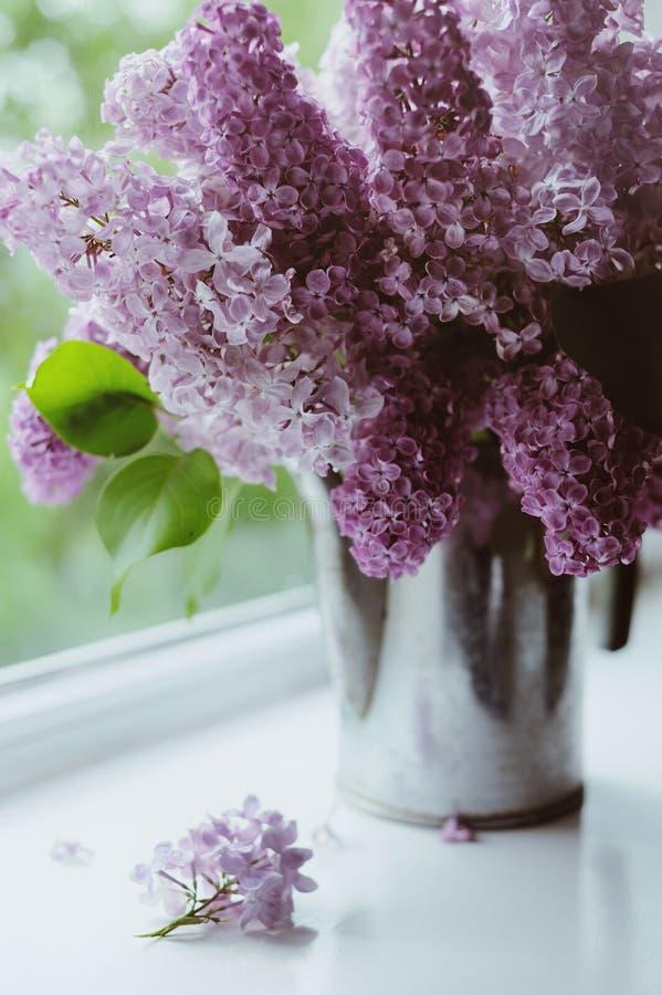 Härlig bukett av lilor fotografering för bildbyråer
