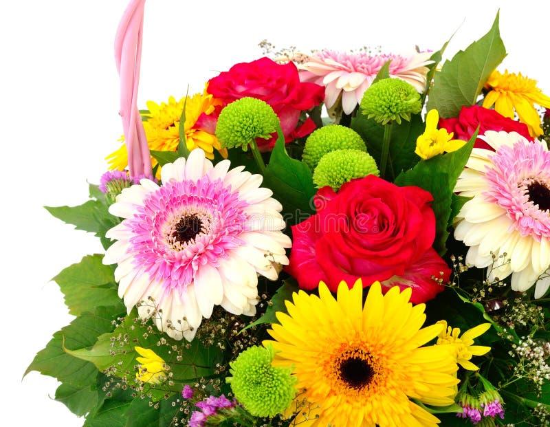 Härlig bukett av ljusa blommor i korg arkivfoto