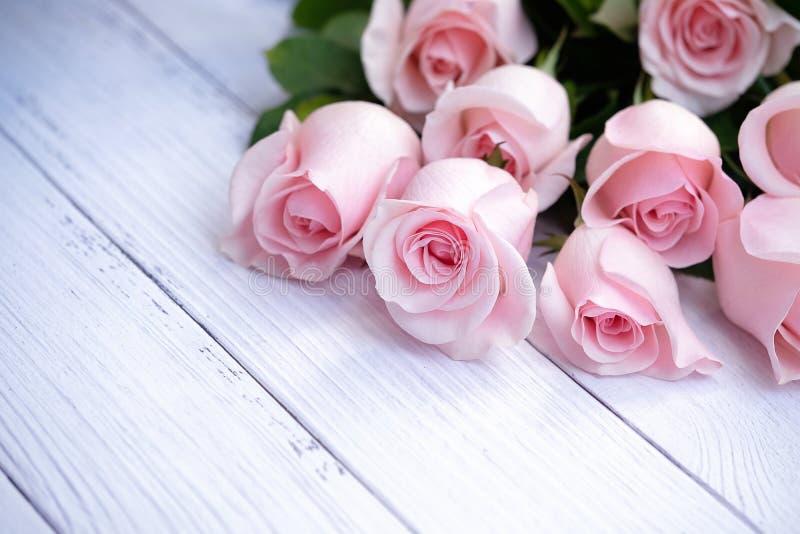 Härlig bukett av mjuka rosa rosor arkivfoto