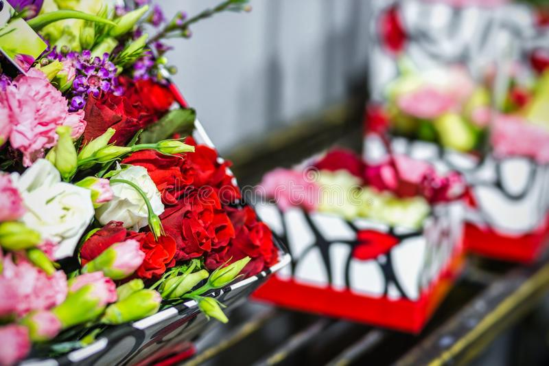 Härlig bukett av nya blommor i askar Tjänste- begrepp för blomsterhandlare Återförsäljnings- och brutto- begrepp för snittblommal royaltyfri bild