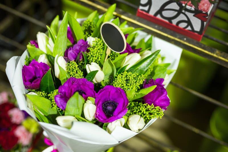 Härlig bukett av nya blommor i askar Tjänste- begrepp för blomsterhandlare Återförsäljnings- och brutto- begrepp för snittblommal royaltyfria foton