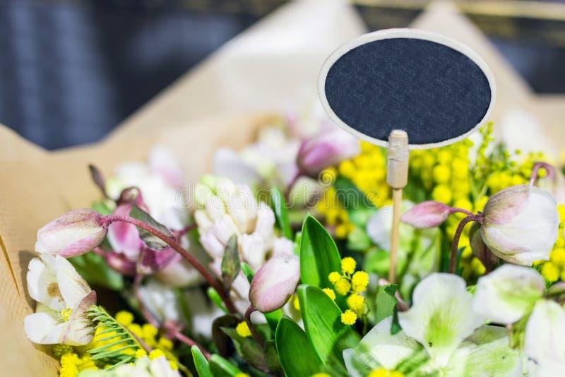 Härlig bukett av nya blommor Liten platta för text Tjänste- begrepp för blomsterhandlare Återförsäljnings- och brutto- begrepp fö fotografering för bildbyråer