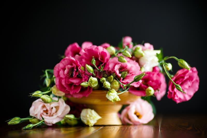 Härlig bukett av rosa lisianthusblommor royaltyfri bild