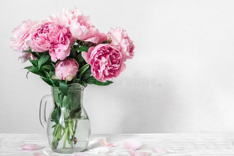 Härlig bukett av rosa pionblommor i vas kvinnas dag eller gifta sigbakgrund med kopieringsutrymme arkivfoto
