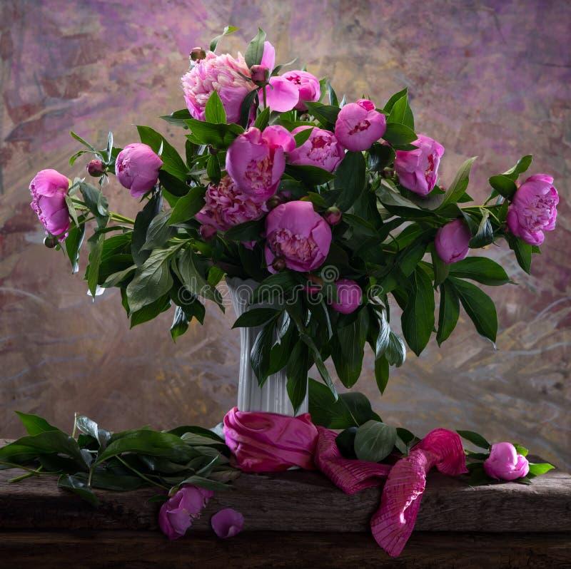 Härlig bukett av rosa pioner arkivfoto