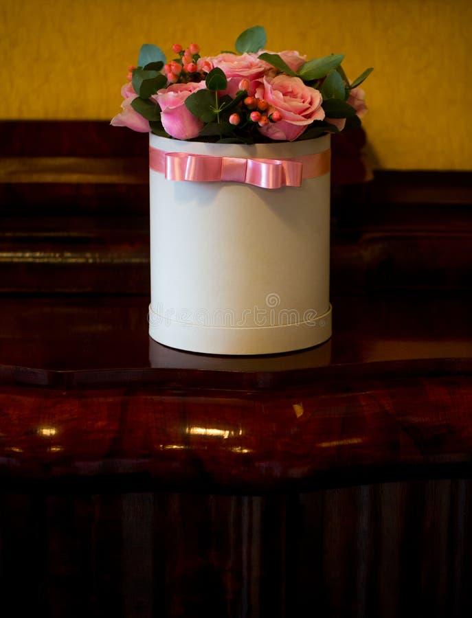 Härlig bukett av rosa rosor i den vita gåvaasken fotografering för bildbyråer