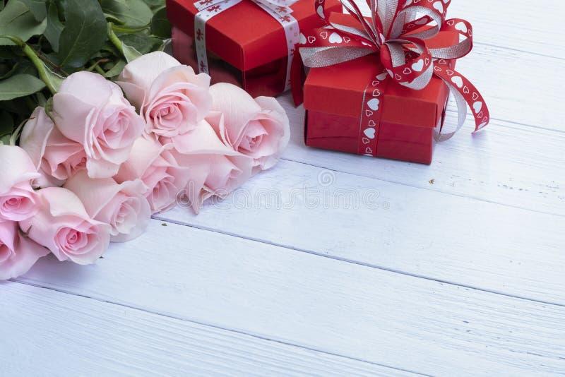 Härlig bukett av rosa rosor och röda närvarande askar arkivbilder