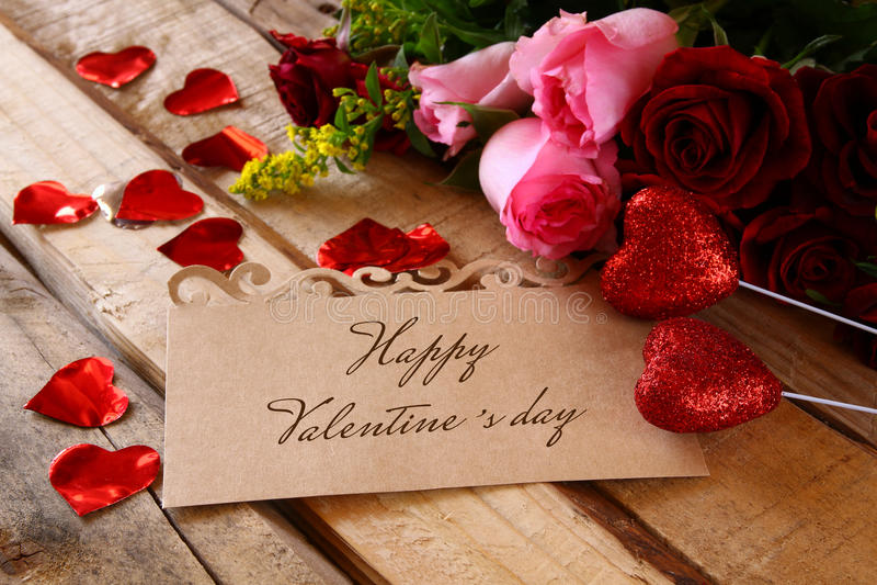 Härlig bukett av rosor bredvid bokstaven arkivfoto