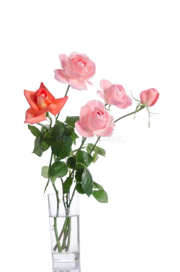 Härlig bukett av rosor i en glass vas royaltyfria bilder